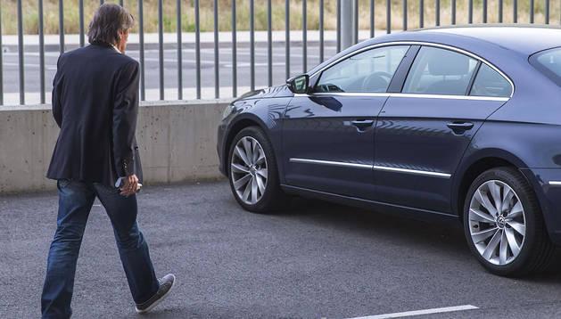 Miguel Archanco abandonando las instalaciones del club este miércoles. Se dirige hacia el coche que sigue utilizando como presidente del club.