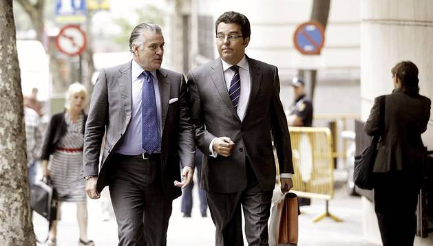 Luis Bárcenas (izda.) junto a su abogado llegando a la Audiencia Nacional