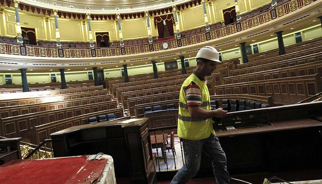Un operario trabaja en las obras para adecuar el Congreso.