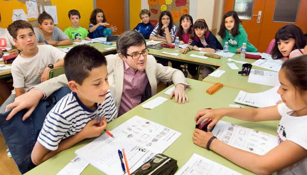 El consejero Iribas conversa con alumnos participantes en el programa English Week