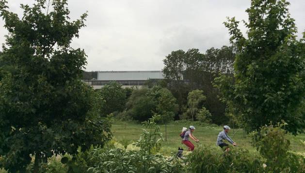 Vista del polideportivo del valle de Ezcabarte, en Azoz, desde el paseo fluvial en Oricáin.