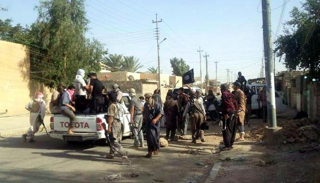Rebeldes permanecen en una calle de Tikrit