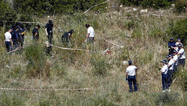 Varios oficiales de policía británicos rastrean un terreno en Praia da Luz (Portugal)