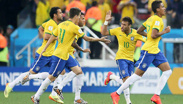 Óscar felicita a Neymar tras el tanto del empate anotado de penalti por el 10 de Brasil