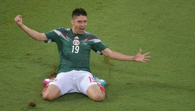 Un gol de Peralta da la victoria a México contra Camerún (1-0)