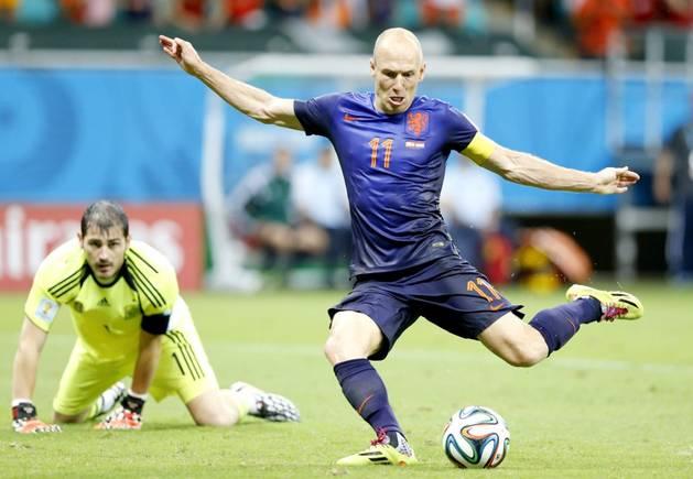 Casillas mira impotente cómo Robben marca el segundo