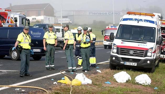 Dos personas han muerto y cinco han resultado heridas, una grave y cuatro en estado leve, como consecuencia de la colisión múltiple que se ha registrado en la A-8.