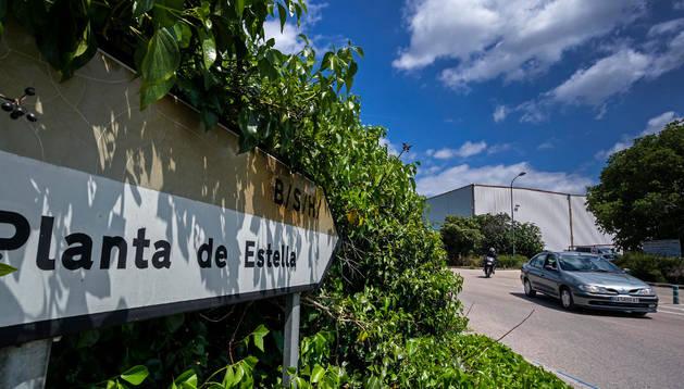 Imagen de la salida de trabajadores a las dos de la tarde de la factoría de Estella