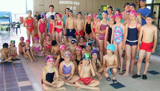 Los niños que se dieron cita en Castejón posaron juntos en las instalaciones de El Romeral.