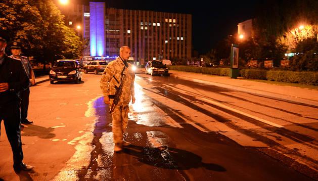 Un militante prorruso armado vigila la zona donde tuvo lugar la explosión en Donetsk