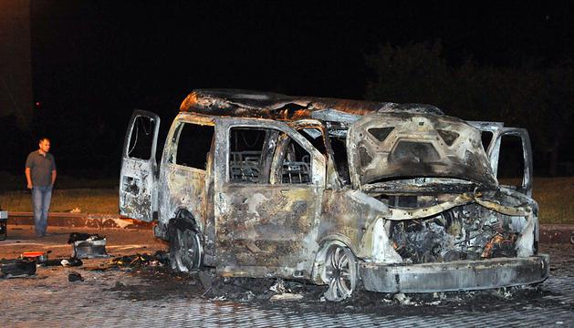 Un coche destrozado por una explosión en la ciudad de Donetsk.