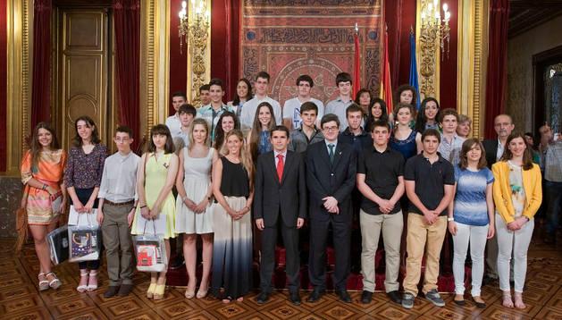 El consejero Iribas, junto con los alumnos reconocidos