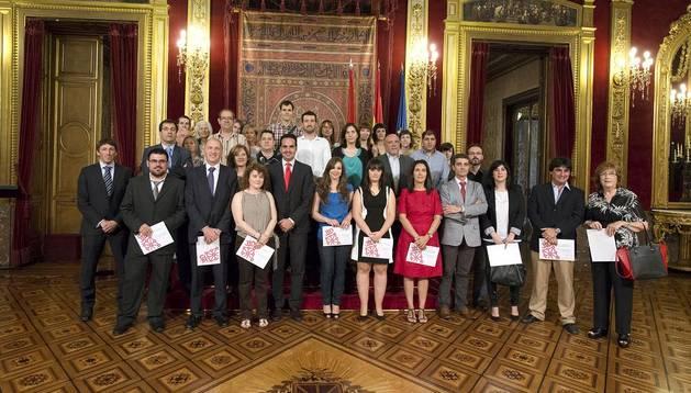 El consejero Íñigo Alli junto a representantes de las 18 empresas colaboradoras