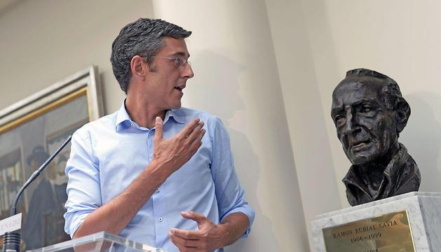 Eduardo Madina posa este viernes junto a un busto de Ramón Rubial en el Congreso de los Diputados.