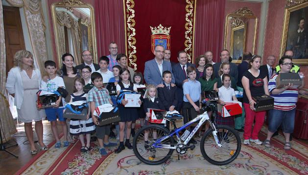 Los ganadores junto al alcalde de Pamplona, Enrique Maya, el director territorial de MAPFRE en Navarra, Jesús Garrido y varios miembros de la Corporación municipal