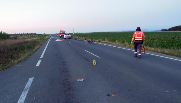 Un policía foral realiza labores de investigación en el lugar del accidente.