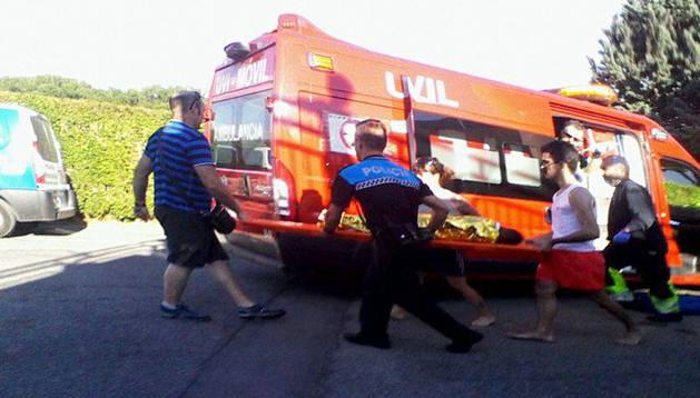 Momento en el que el niño es introducido en la ambulancia para su traslado al hospital.