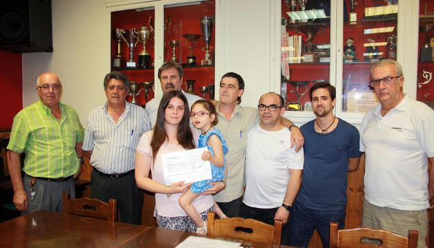 La niña Alexia, en los brazos de su madre Leticia Martínez, junto a los promotores del concierto
