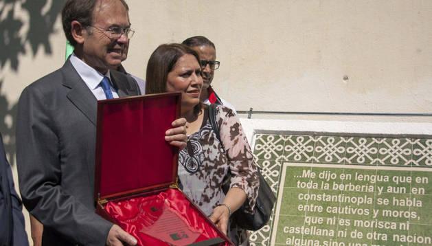 El presidente del Senado, Pío García Escudero, junto a la alcaldesa del barrio argelino de Belouizdad, Naima Dahina