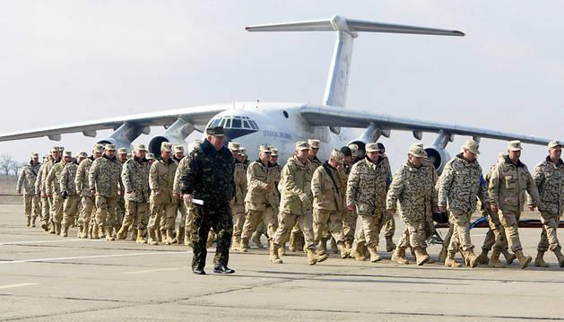 Imagen de archivo del avión militar IL-76 y soldados desembarcando en el aeropuerto de Mykolayiv's