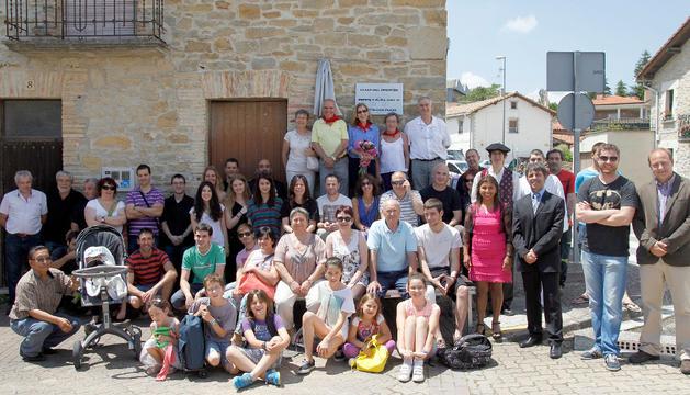 Foto de familia de los participantes en el homenaje
