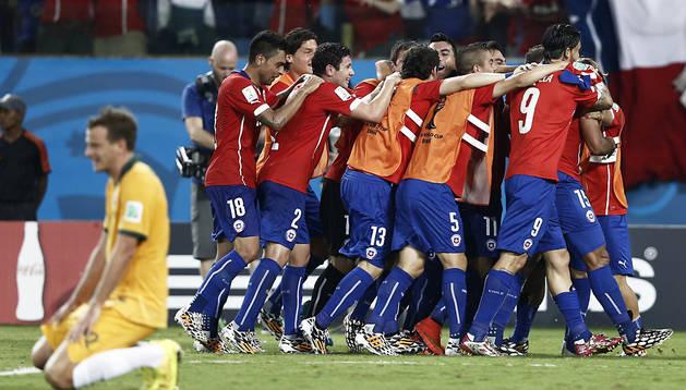 Los jugadores chilenos celebran un tanto ante la desolación del meta de Australia