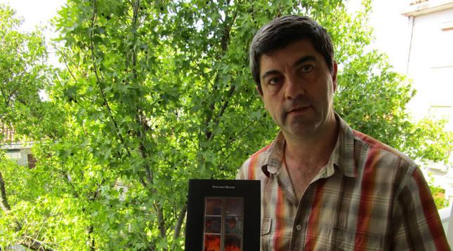El investigador Fernando Hualde Gállego, con el nuevo libro