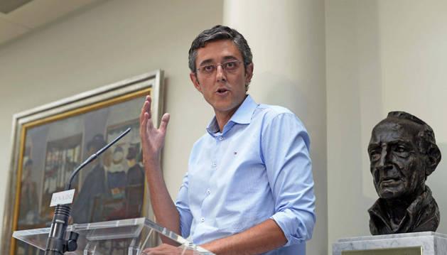 Eduardo Madina junto a un busto de Ramón Rubial en el Congreso de los Diputados