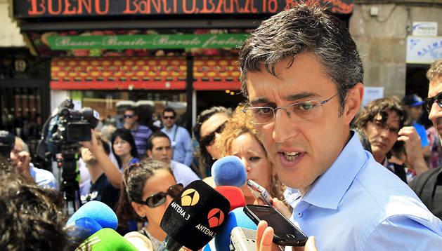 El aspirante a secretario general del PSOE, Eduardo Madina, durante las declaraciones efectuadas en el barrio San Francisco de Bilbao