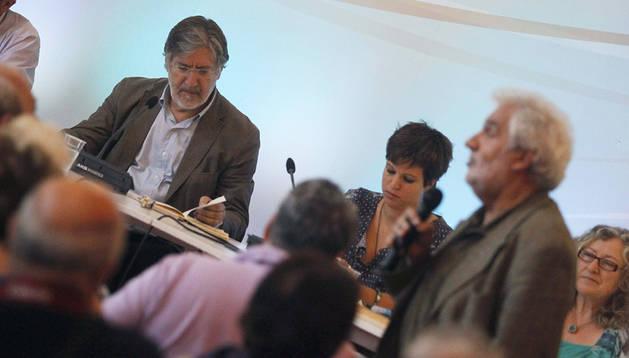 El candidato a secretario general del PSOE, José Antonio Pérez Tapias (izda.), junto a la dirigente juvenil Beatriz Talegón durante la presentación de su candidatura