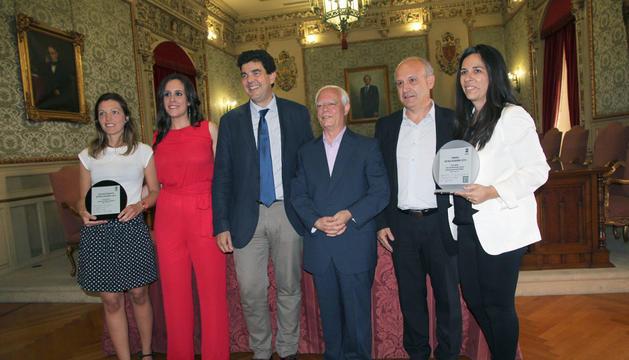 De izquierda a derecha: María Martínez Matamoros, Olaia Ruiz, Luis Casado Oliver, José María Casado (presidente de Retina), José Luis Ruiz Arriazu, y Natalia Castro (concejal de Asuntos Sociales)
