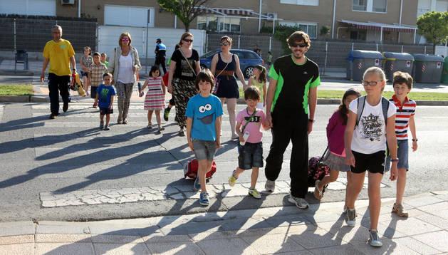 Adultos llevan a varios niños al colegio Huertas Mayores