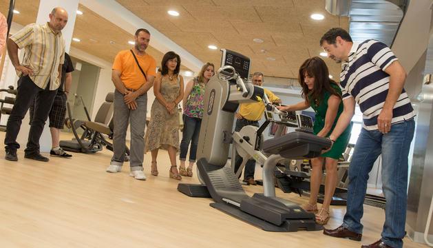 Varios de los presentes en la inauguración del gimnasio probaron el funcionamiento de las máquinas