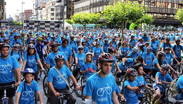 Los miles de participantes del XIX Día de la Bici de Pamplona en la salida desde Carlos III