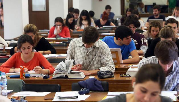 Unos jóvenes universitarios estudian en la biblioteca para los exámenes