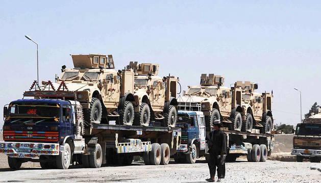Camiones de la OTAN cruzan a Afganistán