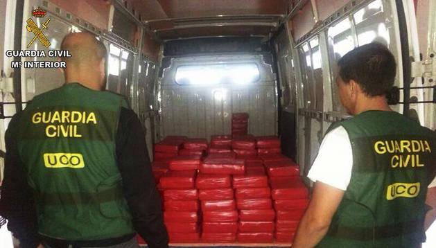 Fotografía facilitada por la Guardia Civil que muestra los 800 kilos de hachís intervenidos