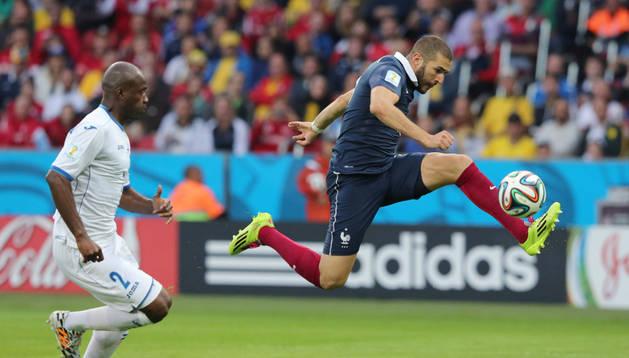 Karim Benzema remata a portería en la jugada del segundo gol