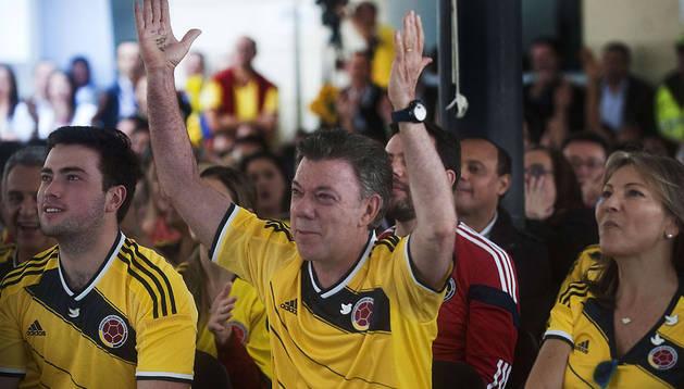 El candidato Santos vió el partido de Colombia en el Mundial en la jornada de reflexión