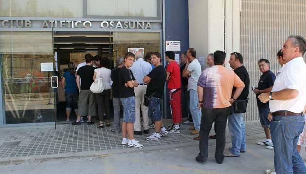 Aficionados de Osasuna, haciéndose nuevos socios en agosto de 2014