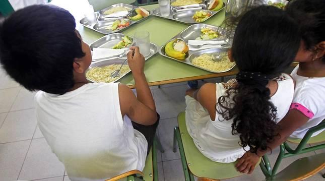 Un grupo de niños come en uno de los comedores escolares especiales habilitados el pasado el verano en la Comunidad Valenciana