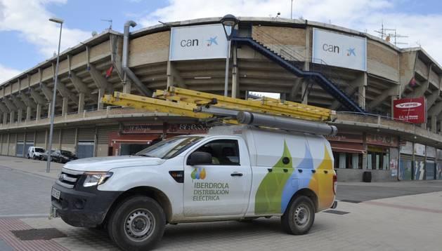 Dos furgonetas de Iberdrola restablecieron la electricidad en El Sadar