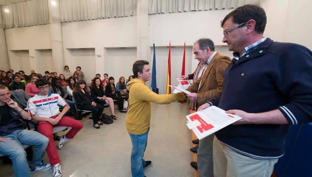 El director general de Educación entrega el diploma a uno de los alumnos participantes