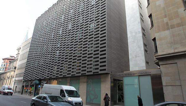 Exterior del edificio del departamento de Economía y Hacienda del Gobierno foral