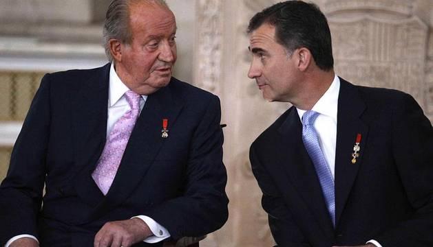 Don Juan Carlos firmó en el Salón de Columnas del Palacio Real la Ley de Abdicación para ceder la corona a su hijo, don Felipe.