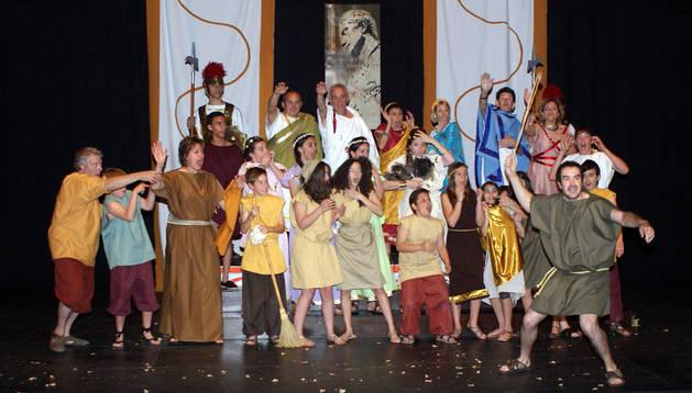 Los actores, en un momento de la representación de la obra 'Cascante esperando a Augusto' que tuvo lugar en el centro cultural Avenida
