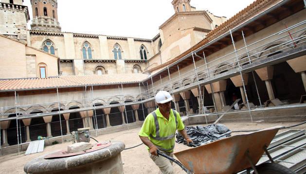 Un operario conduce una carretilla en la zona central del claustro de la Catedral de Tudela