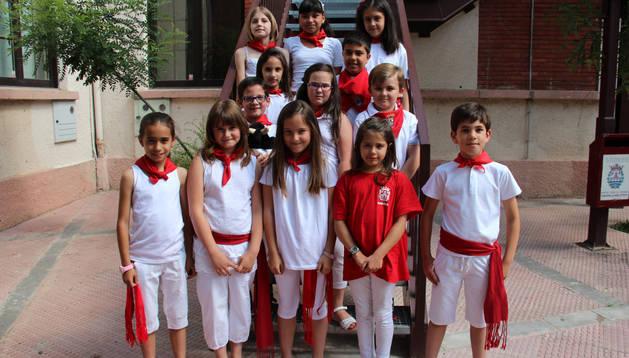 El Ayuntamiento infantil de Lodosa en el exterior de la escuela de música