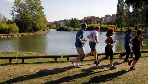 Deportistas corriendo alrededor del lago de Mendillorri