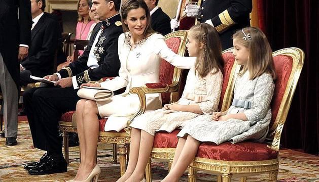 La calidez ha sido el común denominador de la ceremonia de proclamación de Felipe VI, desde los cariñosos gestos entre los protagonistas a la suavidad del color de los vestidos, encabezado por la elección de la Reina Letizia, que de blanco y corto, ha brillado con un sobrio diseño de Felipe Varela.